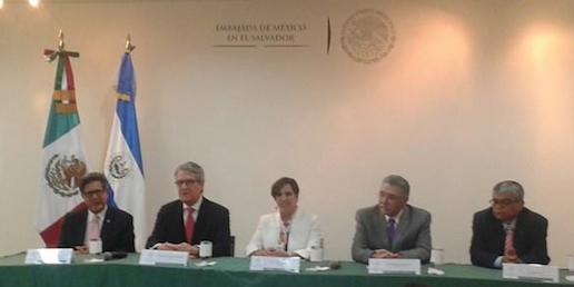 Alejandra Zorrilla con ministros y embajador