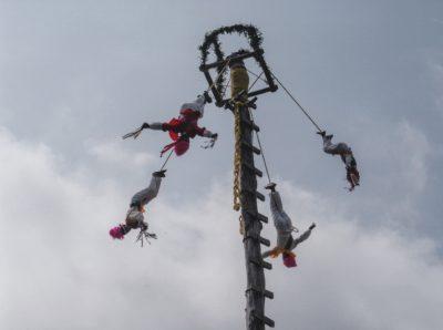 Voladores de Papantla con cielo de fondo