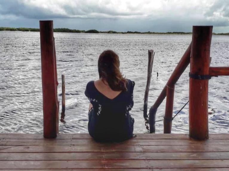 Persona a la orilla del mar