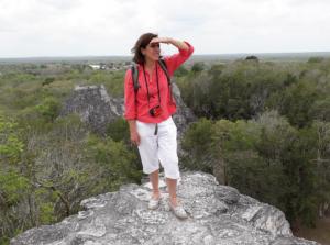 Persona mirando al horizonte en la naturaleza