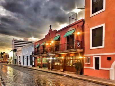 Calle con casas y una tormenta