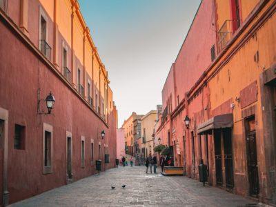 Calle con casas rojas y cielo