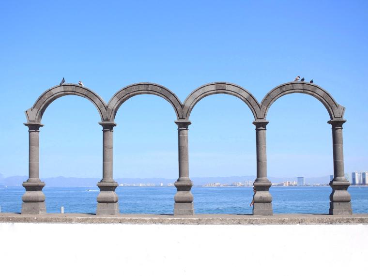 Arcos de piedra con horizonte al fondo