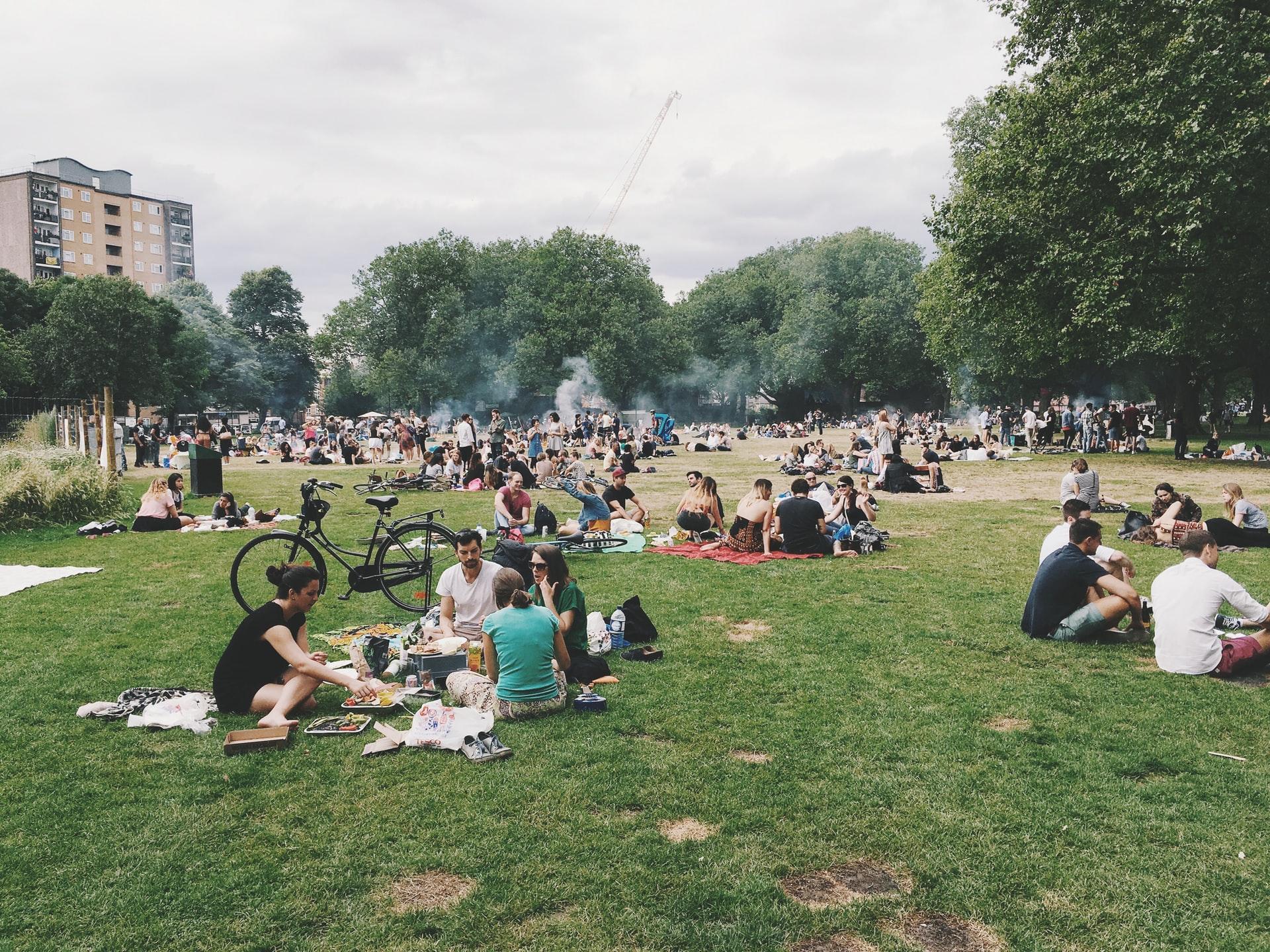 Aire libre, parque y grupos de personas